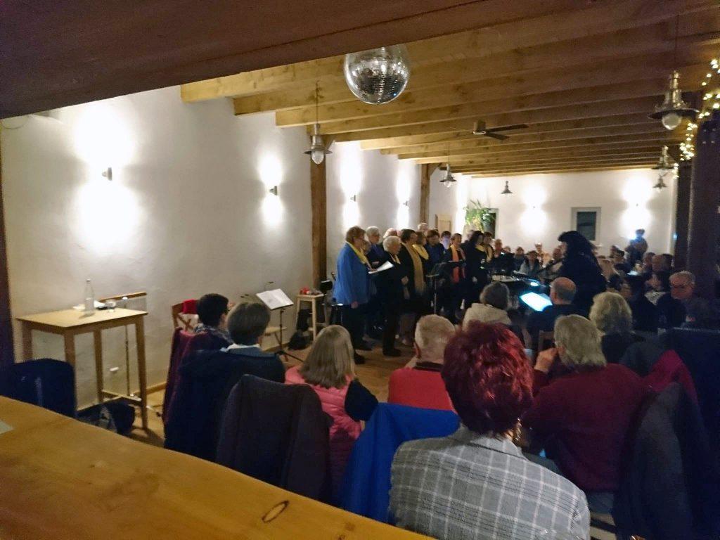 """""""Nörder Sing-Spill"""", Chor der Niederdeutschen Bühne Norden, singt unter der Leitung von Gitta Franken"""